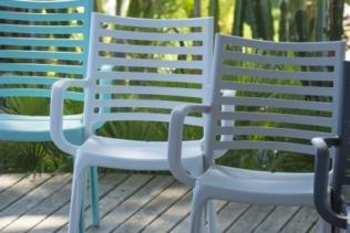 Un festival de chaises et de fauteuils de jardin !...